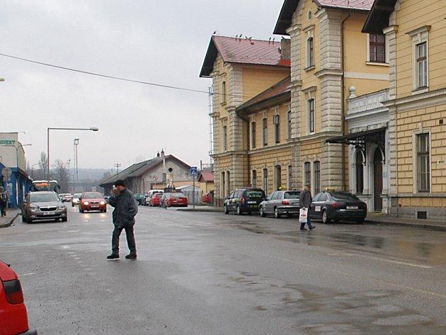 Benešovská Nádražní ulice u vchodu na nádraží ČD.