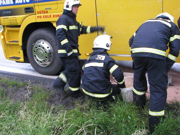 Po 20. hodině začalo vyprošťování, které vzápětí kvůli úniku hydraulického oleje z odtahového vozidla skončilo
