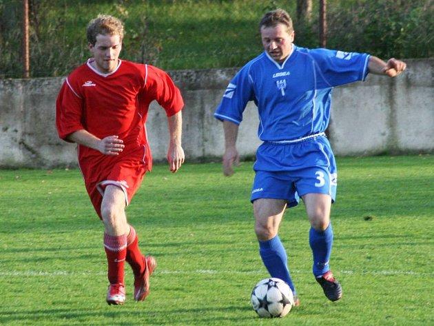 Pyšelští fotbalisté (v modrém) přišli o body v infarktovém závěru.