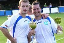 Miroslav Pavlík (vlevo) a Jan Kadeřábek, střelci finálových branek Nespek, se těšili z pohárů pro nejlepší mužstvo turnaje.