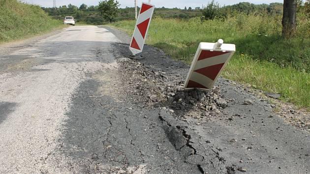 Silnice z Chrástu nad Sázavou do Krhanic je plná výmolů.
