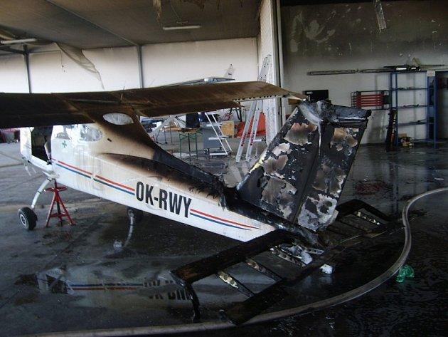Při likvidaci požáru v hangáru letiště v Nesvačilech použili hasiči speciální hasivo.