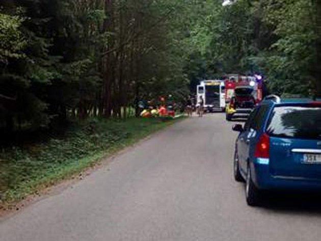 Dopravní nehoda mezi Louňovicemi pod Blaníkem a Veliši opět prokázala neochotu lidí pomoci.