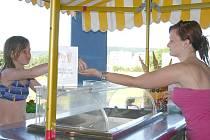 Hygienici kontrolují i stánky s občerstvením.