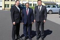 Velvyslanec Alžírska Belaid Hadjem (uprostřed) za doprovodu poslance PS PČR Václava Zemka (vlevo) navštívil vlašimskou zbrojovku Sellier a Bellot, kde mu podal odborný výklad ředitel závodu Radek Musil (vpravo).