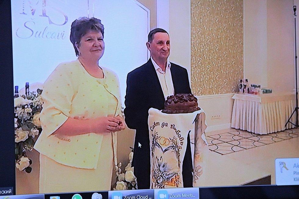 Svatební hostina novomanželů Michala a Světlany Šulcových se konala v jeden okamžik na dvou místech vzdálených od sebe přes dva tisíce kilometrů. Rodiče nevěsty.