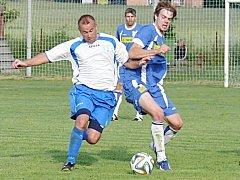 V okresním derby se střetli v souboji nespecký Kamil Kulhavý (vlevo) a sedleckoprčický Martin Hájek.
