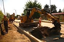 Školáci budou chodit po opravených chodnících a nově se dostanou do školy bezpečněji, přes přechod.