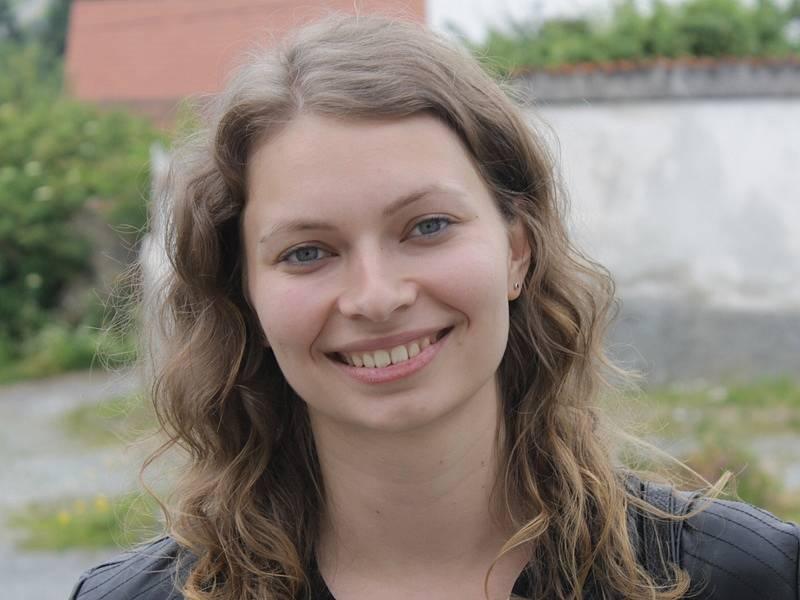 Zahraniční dobrovolníci při návštěvě miličínské základní školy - vedoucí projektu v Mezně Monika  Zýbalová.
