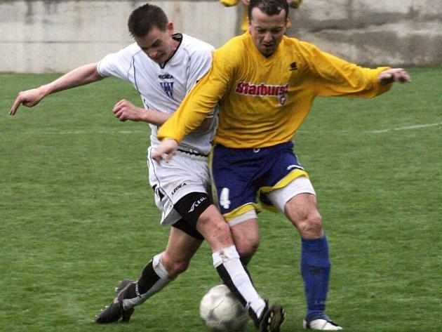 Ve fotbalové I. B třídě vyhrály v okresním derby Pyšely nad Poříčím. V souboji se střetli domácí Michal Hanousek (v bílém) a Roman Filip.