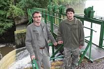 Zástupce ředitele rybářské společnosti Líšno a.s. František Kalous ml. a sádecký sádek papírna Zdeněk Frantl (zleva).