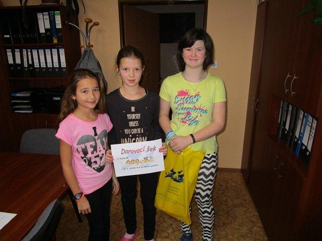 Votické děti  obdržely v základní škole za nejvíce nasbíraného papíru pro své třídy dárkové šeky.