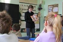 Mluvčí PČR  Zuzana Stránská ve školách učí v rámci besed a preventivních akcí malé děti správně přecházet ulice.  Dospělí to ale často neumí a bláhově se domnívají, že mají na přechodu pro chodce absolutní přednost