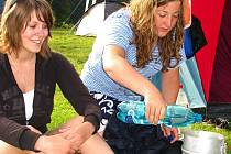 V Náklí se vodáci střídají jako na běžícím pásu. Tamní kemp je v létě stále plný.