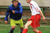 Čerčanský Ondřej Zach (v bíločerveném, sledován Tomanem) se podílel jedním gólem na kanonádě do sítě čáslavského béčka.