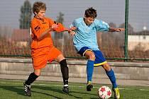 Jakub Melichar z Benešova (v modrém) se ve středočeském derby U15 s Berounem gólově neprosadil.