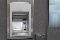 Některé bankomaty ČS nejsou příliš diskrétní.
