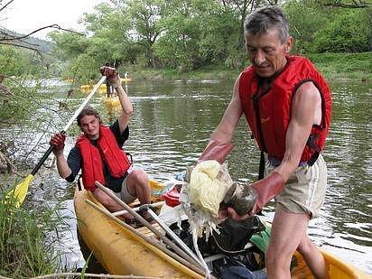 Žádné závodní ani výletní tempo nevolili dobrovolníci při čištěné Sázavy. Základem úspěchu byly dobré pozorovací schopnosti a pečlivost.  Tak se v koších hromadil i drobný odpad, jako jsou třeba plastové lahve