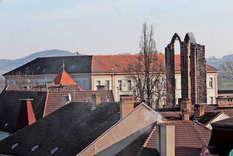 Benešov při pohledu ze střechy kostela sv. Anny - ZŠ Na Karlově s torzem kostela minoritského kláštera.
