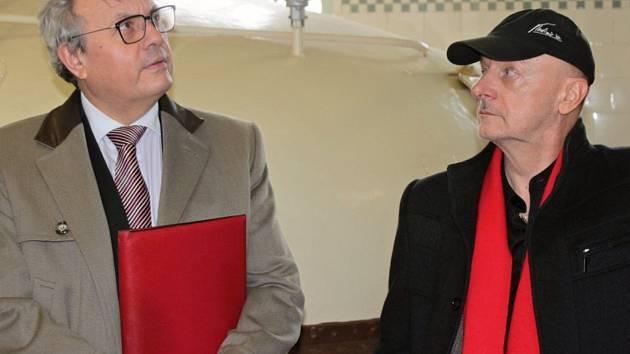 Vladimír Kravjanský (vpravo) s prezidentem Hospodářské komory ČR Vladimírem Dlouhým při návštěvě benešovského pivovaru Ferdinand.