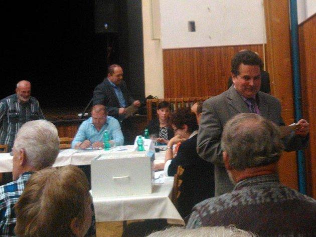 Volby vedení votické radnice budou pokračovat druhým kolem ve středu 19. listopadu od 18 hodin v sokolovně.