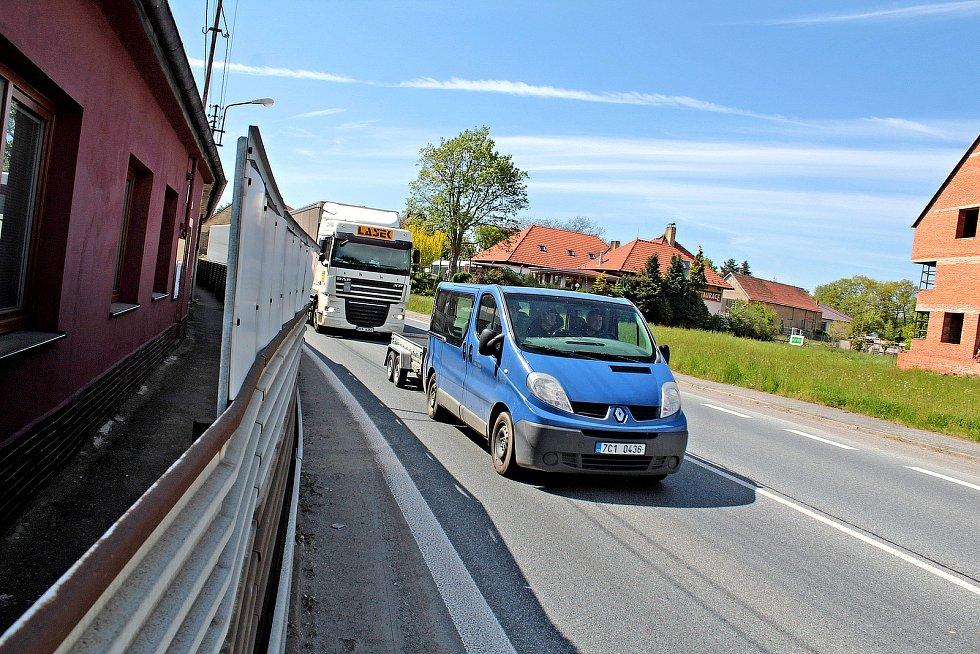 Miličínem projede po silnici I/3 za den na 17 tisíc vozidel. Za minutu to je více než jedenáct aut, což odpovídá frekvenci jednoho vozidla každých zhruba pět vteřin.