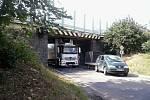 Mosty na silnici I/3 projdou do opravou která má skončit na začátku září. Poškozuje je těžká doprava na nich i pod nimi. Například v Máchově ulici už uvízla řada kamionů.