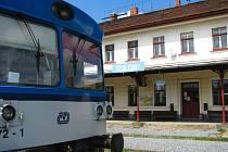 Od čtvrtka 1. září pojede na trati z Olbramovic do Sedlčan v pracovních dnech jeden pár nových vlaků pro zajištění odvozu školáků.