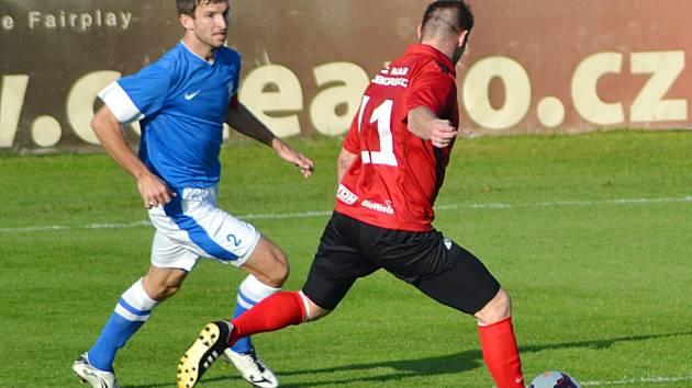 Vlašimský Jiří Petrů (v modrém) sleduje počínání bývalého spoluhráče Miloslava Strnada, jenž vstřelil třetí gól Táborska.