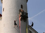 Pohled to byl jako z pohádky. Dva lezci šplhali po zámecké věži za zlatovlasou ženou.