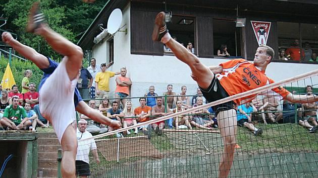 Jiří Doubrava (v oranžovém) blokuje útok modřického Pavla Kopa. Momentka z finálového utkání.