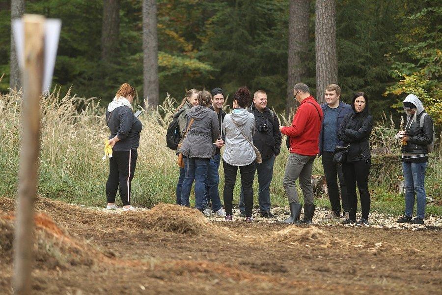 V Komorním Hrádku v sobotu sázeli nový les.