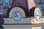 Benešov při pohledu ze střechy kostela sv. Anny - hodiny na věži justičního paláce.