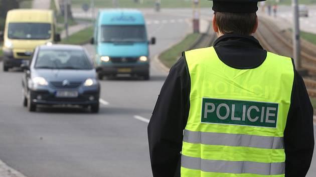 Policejní hlídka odebrala řidičský průkaz dvěma mužům. Ilustrační foto.