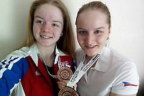 Sestry, Alžběta (vlevo) Dědová a Anna Dědová, se radují z bronzové medaile v družstvech na Mistrovství  Evropy ve slovinském Mariboru.