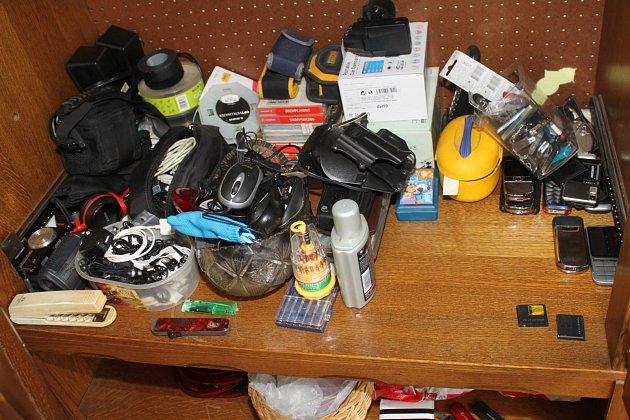 Část ukradených věcí zajištěných při domovních prohlídkách.
