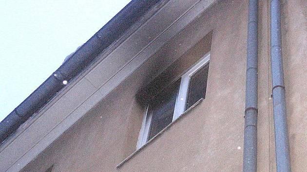 Bytovka ve Wokerově ulci, kde v sobotu hořelo.