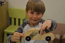 Děti ze školky MiniSvět v Mrači si vyráběly v truhlářské dílně autíčko.