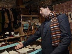 Originální výstavou předmětů ze svých sbírek slaví sté narozeniny republiky vetešník a majitel zámku Martinice Pavel Kuře. Expozici, v níž dominují předměty z pozůstalostí řemeslníků a obchodníků, nazval Zlaté české ručičky.