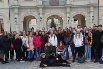 Účastníci výměnného pobytu v německém Albstadtu před vstupem do zámku Ludwigsburg.