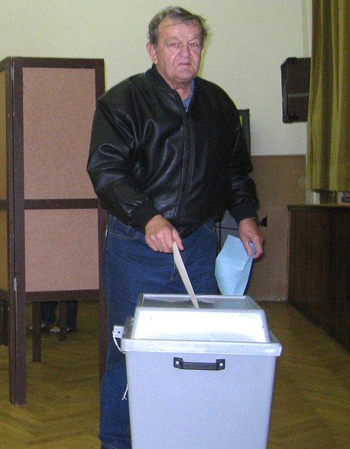 František Červ ve volební místnosti.