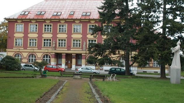 Kdy opustí Všeobecná zdravotní pojišťovna v Benešově budovu na Husově náměstí a přestěhuje se do centra města zůstává otázkou.