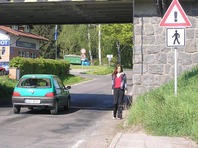 Podjezd využívají u Danone i chodci.