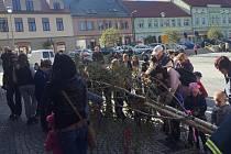 Zdobení májky před jejím postavením na náměstí je pro Votické vítanou atrakcí.