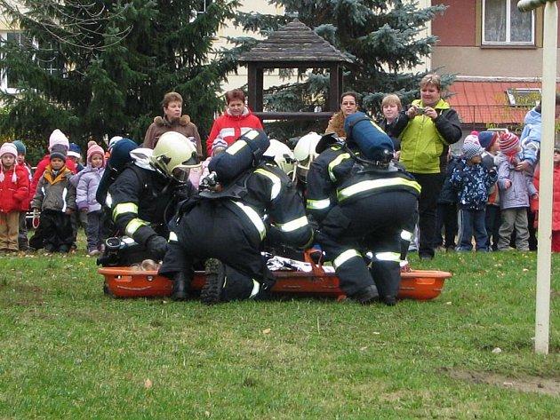 HZS Benešov dnes evakuoval v rámci taktického cvičení děti a zaměstnance Mateřské školy čtyřlístek v Bezručově ulici, když v kuchyňce vypukl požář.