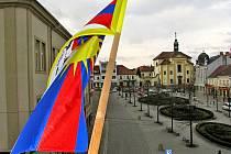 Tibetská vlajka na radnici nad Masarykovým náměstím v Benešově.