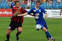 Vlašimský Daniel Nešpor (v modrém) se pral o míč s opavským Ondřejem Malohlavou.