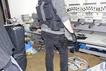 Úlovek cizinecké policie, kriminalistů a celníků v padělatelské dílně.