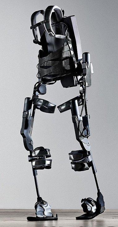 Eksoskeleton začnou využívat veteráni v RÚ Kladruby.