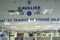 Už jedenáct let zdobí výlohu podnikové prodejny skla v Sázavě připomínka významného výročí založení sklářské huti